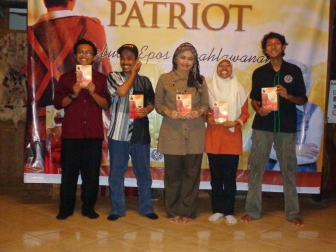 sumbernye dari sini : http://adamalfarisyi.blogspot.com/2014/04/cerita-bedah-buku-sang-patriot-versi.html